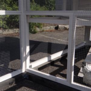 Öffnung von Auslauf zum Kaninchenstall
