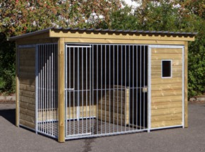 Hundezwinger Forz mit isolierter Hundehütte, Holzrahmen und Fenster