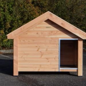 Voransicht der Hundehütte Reno aus Douglasienholz für einen Deutschen Schäferhund