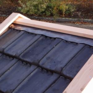 Hundehütte Reno ist versehen von richtigen Dachziegeln