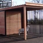 Hundezwinger mit geöffneten Auslauf, versehen mit einem Dach