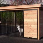 Hundezwinger mit einem beschützten Teil wo einem Plattform oder Hundehütte in passt