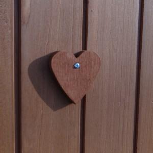 Holzherz auf dem Tür des Hühnerstalls