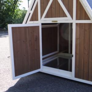 Geöffnetes Schlafhaus des Hühnerstalls Pip