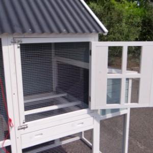 Hühnerstall aus Holz mit Gittertüre