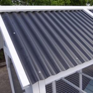 Hühnerstall mit Dach aus Kunststoff