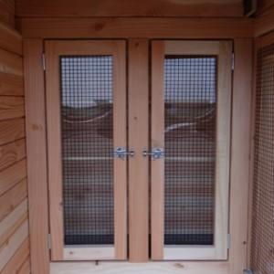 Schutzhaus der Voliere mit Plexiglas und Gitter versehen