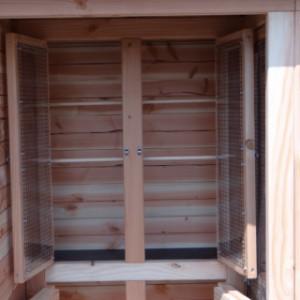 Schutzhaus mit 2 Türen und 2 Sitzstangen
