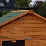 Der Hühnerstall verfügt über einen praktischen Stauraum im Dach.