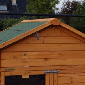 Hühnerstall mit praktischen Stauraum im Dach