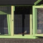 Kaninchenstall mit türen im auslauf
