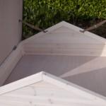 Der Hühnerstall verfügt über einen praktischen Stauraum im Dach