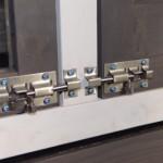 Die Türen von Kaninchenstall Prestige Medium sind mit Doppelschlössern ausgestattet.