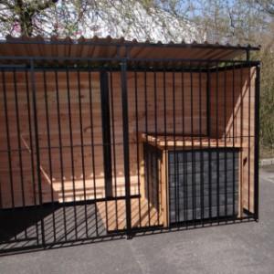 Hundezwinger mit Hütte und Dach